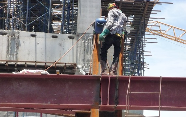 En présence d'un danger, le salarié peut se retirer et doit alerter